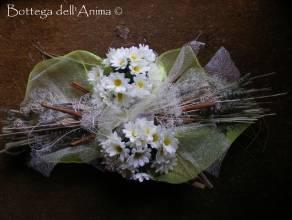 Centrotavola sposi appoggiato su foglie di cocco